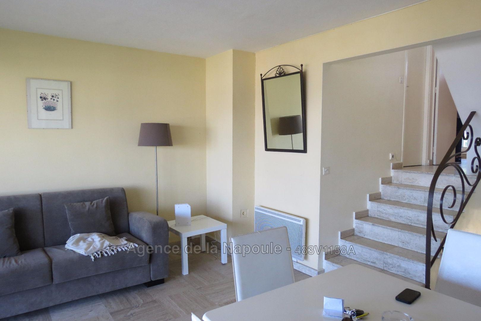 trouver une maison d cente est facile avec un agent. Black Bedroom Furniture Sets. Home Design Ideas