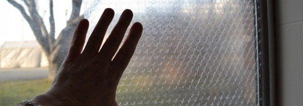 Le projet de bricolage isole vos fenêtres avec des enveloppes à bulles